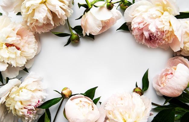 Рамка из розовых пионов