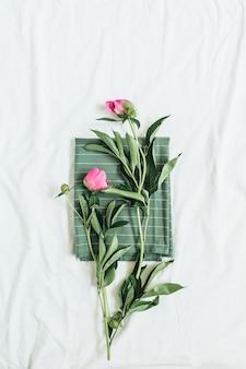 毛布にピンクの牡丹の花