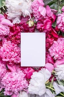 ピンクの牡丹モノクログリーティングカード紙モックアップサークル