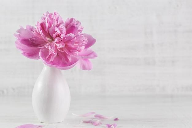 木製の背景にピンクの牡丹。バレンタインデーの画像。