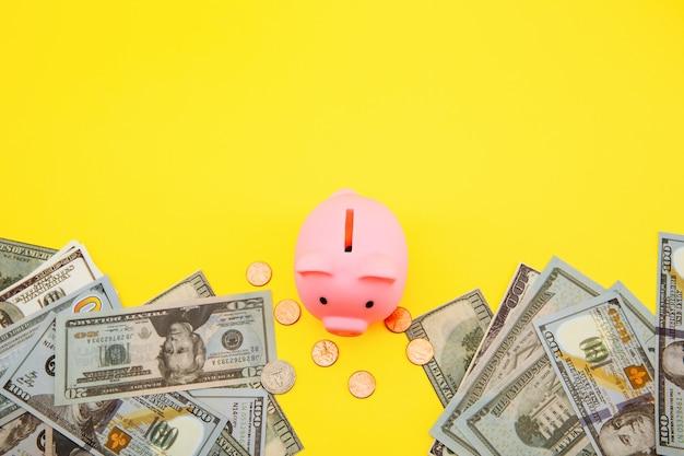 黄色のピンクの貯金箱。