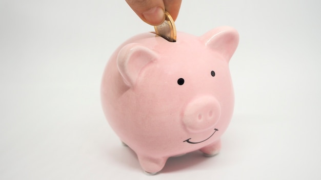 핑크 돼지 저금통은 흰색 배경에 동전을 저장 동전 시간 돈과 비즈니스 개념을 저장