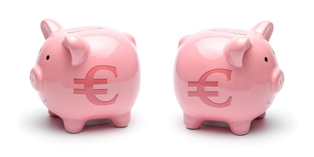 白い表面に分離されたユーロ記号とピンクの貯金箱。コンセプトお金を節約する方法。