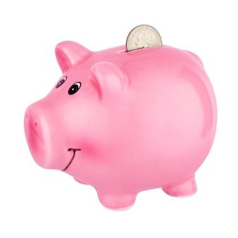 Розовая копилка с монетой четверть доллара, изолированной на белом