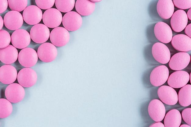 Pillole rosa su sfondo isolato
