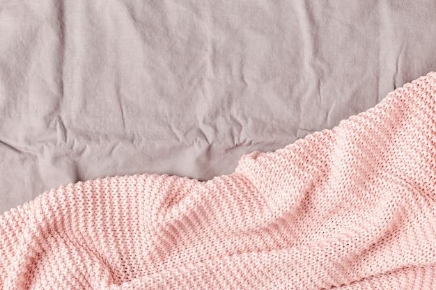 Розовый плед на кровати, вид сверху, копия пространства.