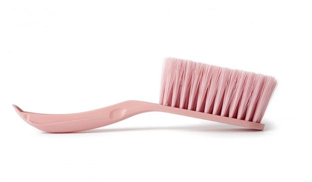 Розовая пластиковая щетка для уборки дома, изолированная на белом фоне