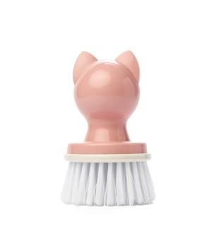 Розовая пластиковая щетка с ручкой для очистки изолирована на белой поверхности