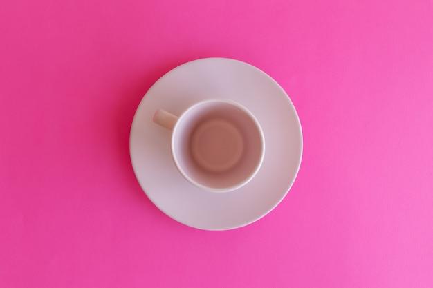 핑크 접시 분홍색 배경에 고립 된 컵