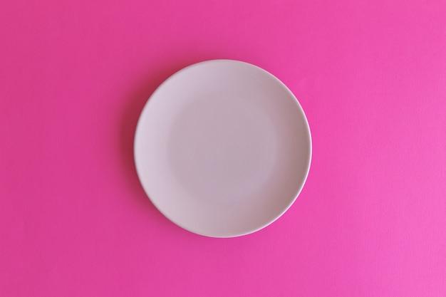 분홍색 배경에 고립 된 핑크 접시