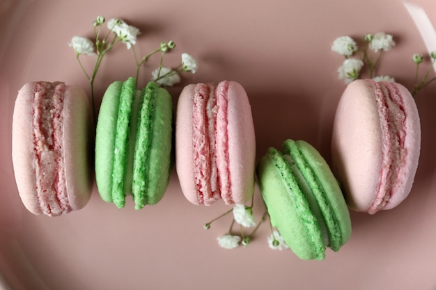 Розовая тарелка с вкусным миндальным печеньем, крупным планом