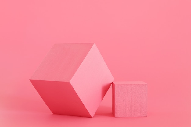 분홍색 배경에 분홍색 연단입니다. 제품 연단, 화장품 프레젠테이션. 창의적인 모의. 미용 제품을 위한 받침대 또는 플랫폼.