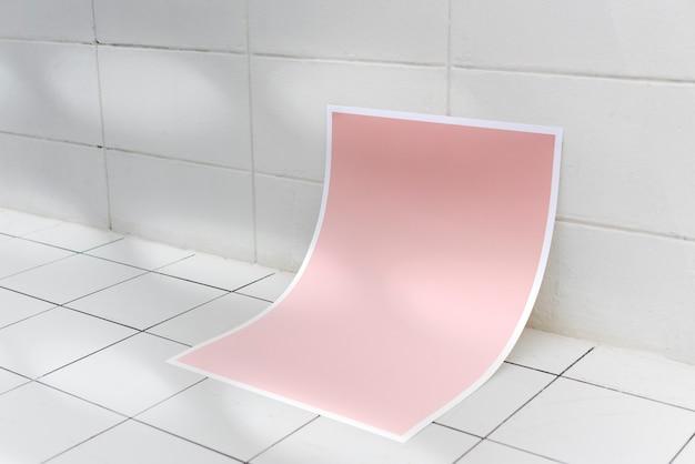 セラミックタイルの床にピンクのポスター