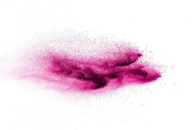 Розовые частицы порошка брызгают на белом blackground.
