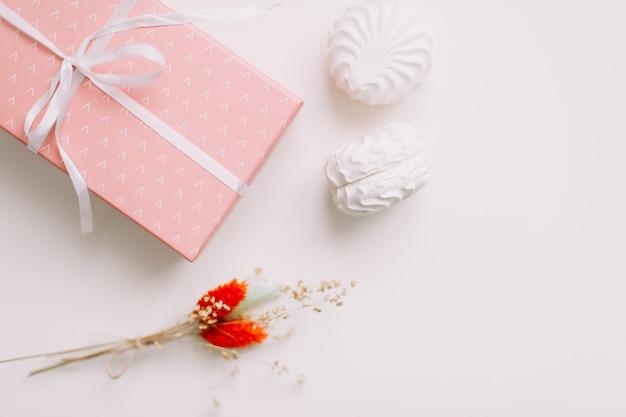 ピンクのプレゼントとグラマーファッションギフト
