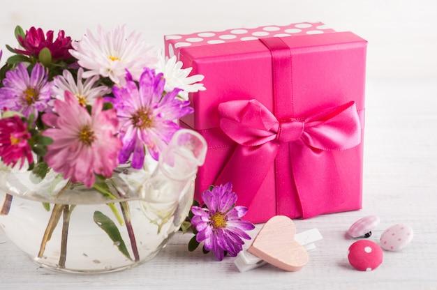 Розовые фиолетовые садовые цветы и подарочная коробка