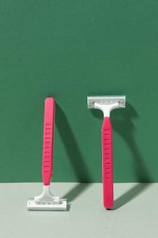 壁にもたれてピンクのかみそりの刃