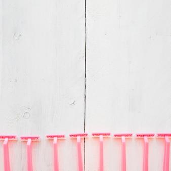 줄에 누워있는 핑크 면도기