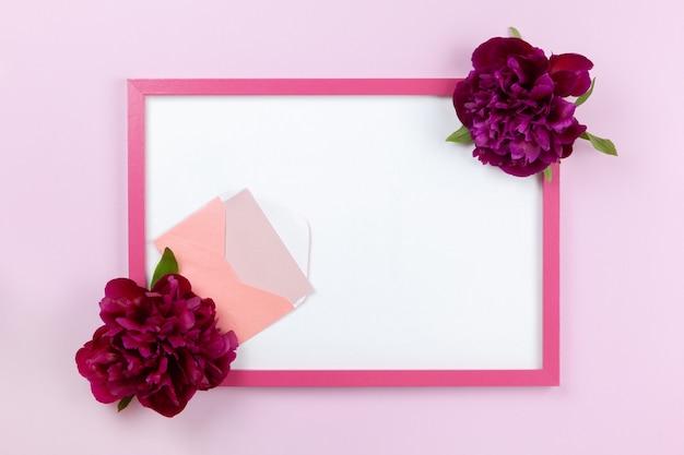 Розовая прямоугольная рамка с белым центром, пионы по бокам