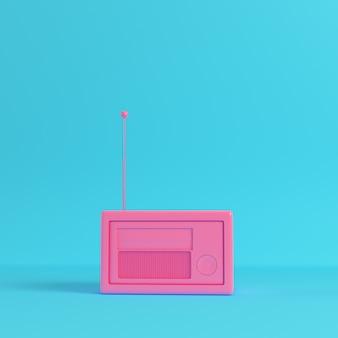 Розовое радио в стиле ретро на ярко-синем фоне в пастельных тонах