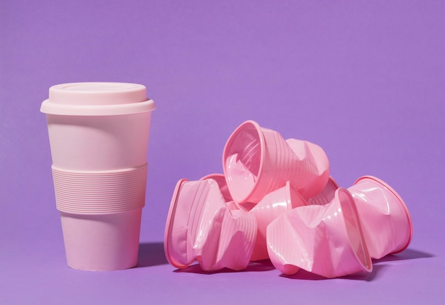 플라스틱 컵이 달린 핑크색 재사용 가능한 컵