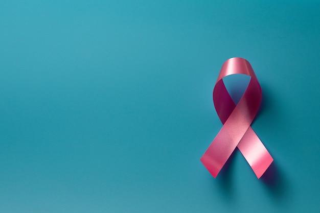 파란색 벽에 핑크 리본 유방암 인식. 개념 의료 및 의학, 암 개념