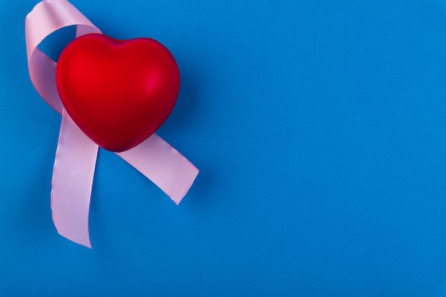 Розовая лента осведомленности о раке груди символический цвет лука, повышающий поддержку людей, живущих с опухолью груди у женщин