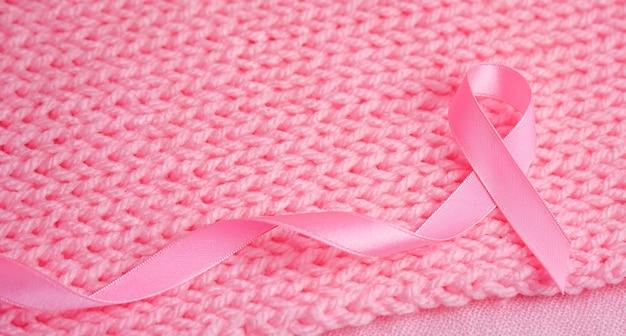 복사 공간 유방암 인식 핑크 실크 배경에 핑크 리본 유방암