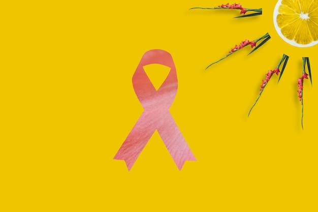 노란색 배경에 핑크 리본과 유방암 인식을 나타내는 레몬