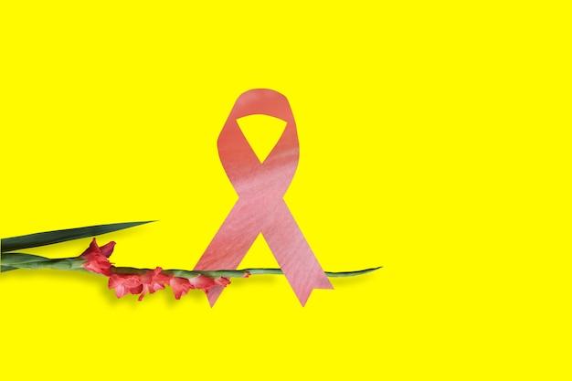 노란색 배경 유방암 개념에 핑크 리본