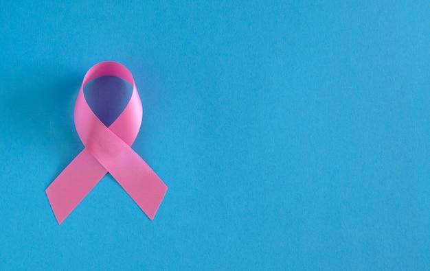 Розовая лента на голубой поверхности.