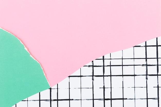 격자 패턴 배경에 핑크 찢어진된 종이