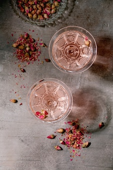 Розовое розовое шампанское или лимонад