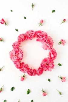 丸い花輪フレームと白のピンクのバラの花のつぼみのパターン