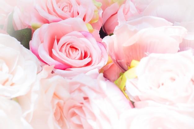 핑크 장미 꽃 꽃다발은 발렌타인 데이 컨셉으로 천으로 만든 핑크 장미를 닫습니다.