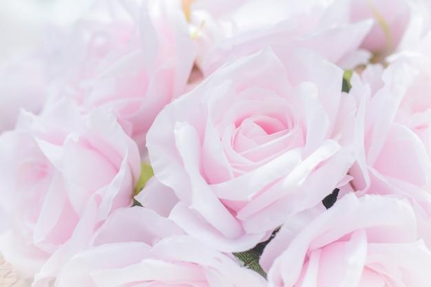ピンクのバラの花の花束はバレンタインデーのコンセプトとして生地で作られたピンクのバラをクローズアップ