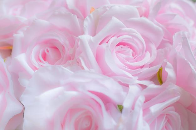ピンクのバラの花の花束をクローズアップ。生地で作ったピンクのバラ