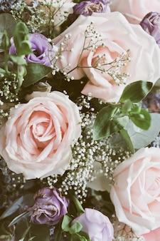 Розовая роза в цветочном букете