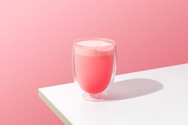 Молочный коктейль с розовой розой в прозрачном стакане. шаблон матча латте для ресторана в минималистском стиле.