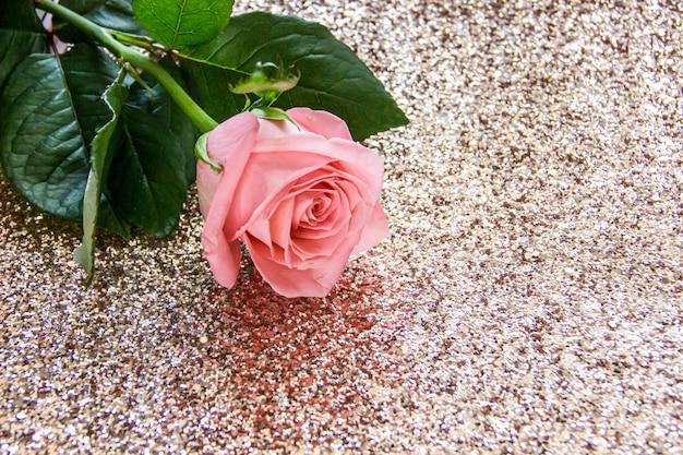 Розовая роза на золотом