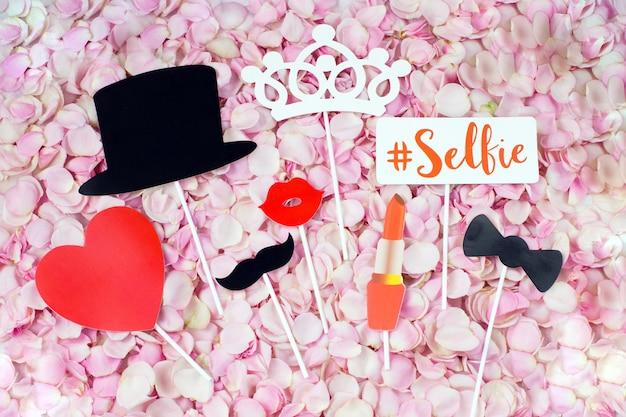 ピンクのバラの花びらと結婚式のステッカー