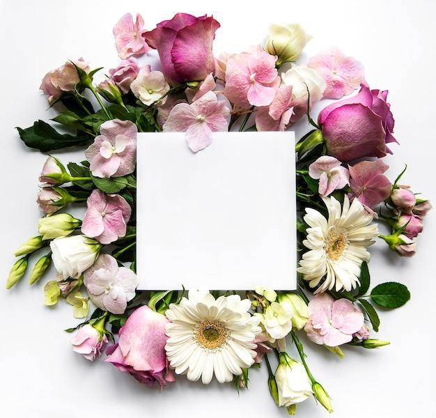 Розовые розы и цветы в рамке