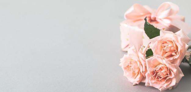 회색에 핑크 장미와 선물 상자