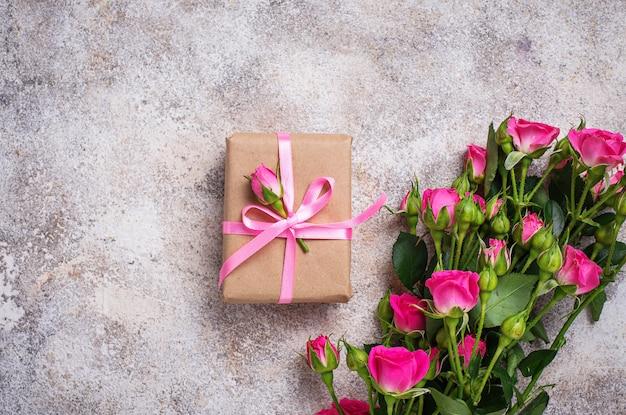 핑크 장미와 리본 선물 상자