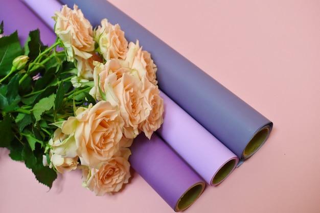 ピンクのバラと花屋の材料。美しい楽しい作品。