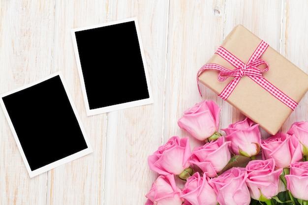 Розовая роза и подарочная коробка на день святого валентина и две пустые рамки для фотографий