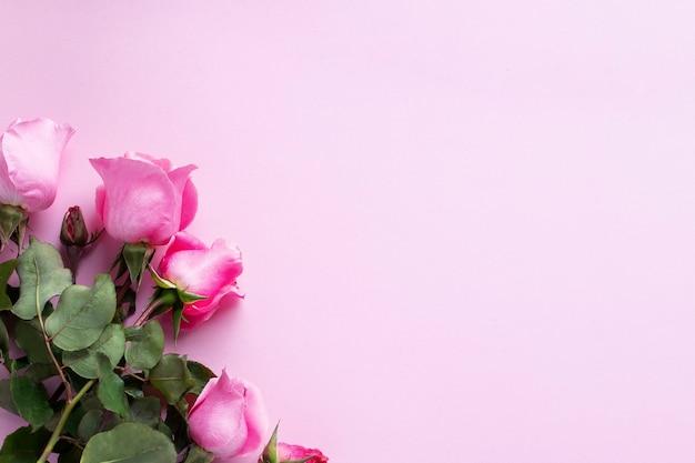 Букет розовых роз. день святого валентина, рождество, день матери, подарок на день рождения. открытка концептуальное изображение с копией пространства