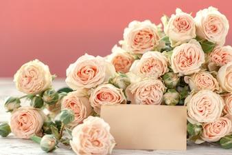 ピンクの背景のテキストのagとピンクのバラの花。母の日、誕生日、バレンタインデー、女性の日のコンセプトです。