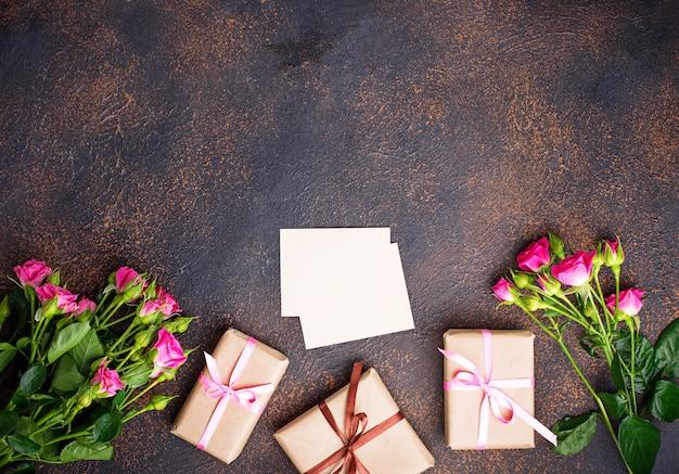 Розовые розы, подарочные коробки и открытки Premium Фотографии