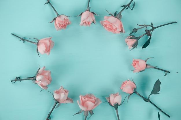 青い表面にピンクのバラ